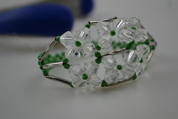 Браслет из бисера.  А это по-настоящему летний браслет, с нежной зеленью и аккуратными цветочками.