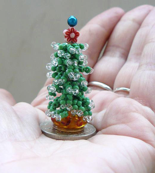 Cute christmas gift ideas bead a mini christmas tree for Miniature christmas trees for crafts